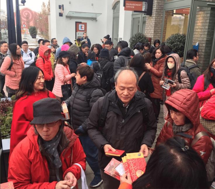 Chinesen beim Shopping im Ingolstadt Village