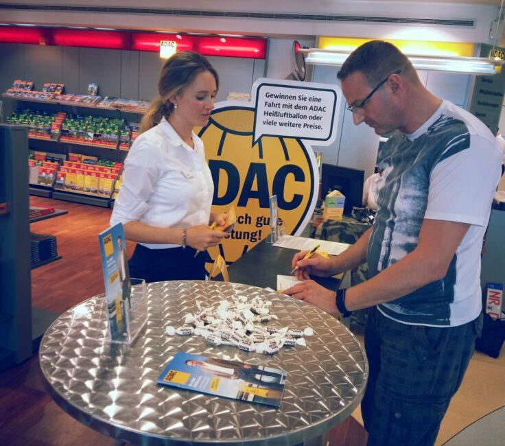 Promoterin der Promotionagentur PRO-VOGUE bei Durchführung Gewinnspiel für ADAC