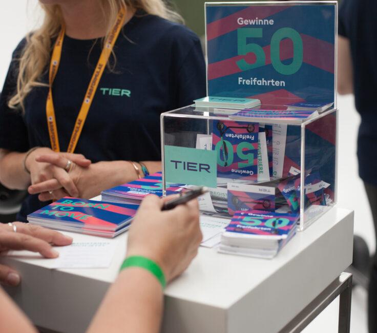 Promoterin der Promotionagentur PRO-VOGUE für TIER an Gewinnspielbox