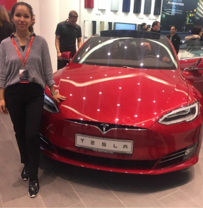 Promoterin der Promotionagentur PRO-VOGUE für Tesla