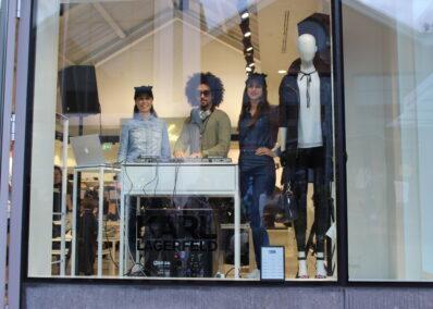 Promoterinnen und DJ der Promotionagentur PRO-VOGUE im Schaufenster für Karl Lagerfeld