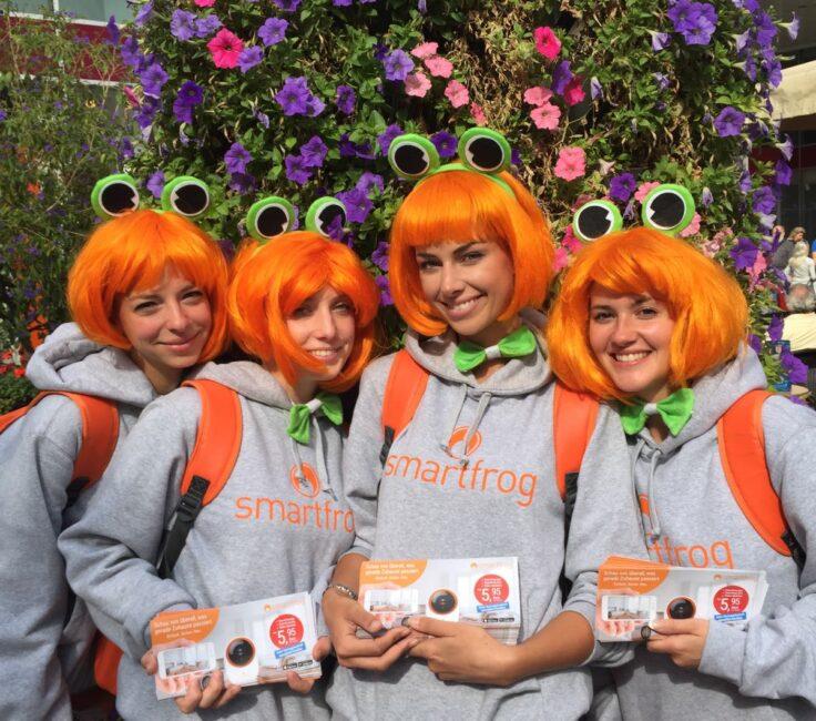 Promoterinnen bei Flyerverteilung für Smartfrog